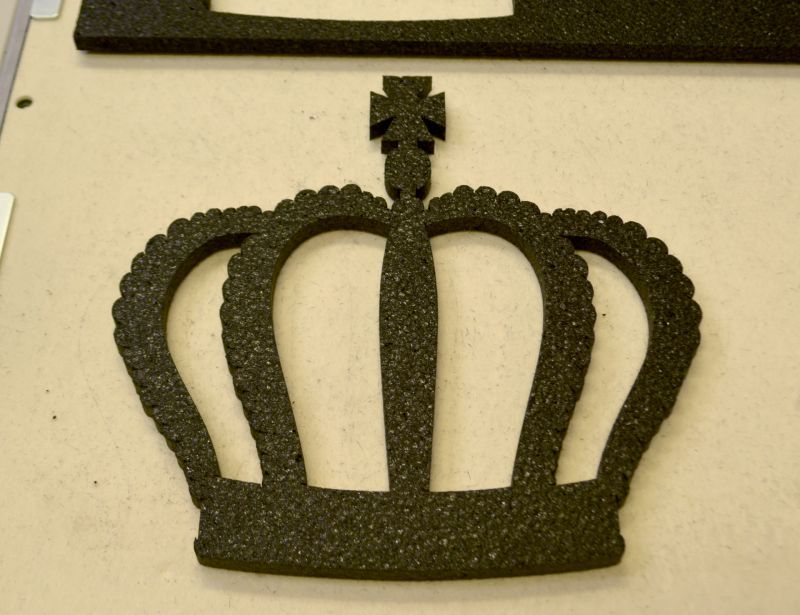 黒色スチロール王冠デザインカット